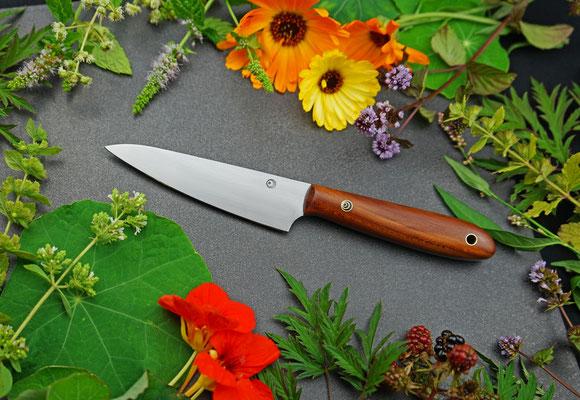 Das schlanke Allzweckmesser besticht durch einen edlen, handlichen Griff aus europäischem Pflaumenholz.