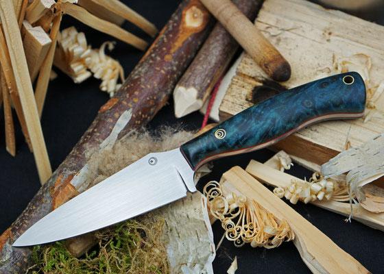 Dieses handliche Outdoor-Messer ist ein wahrer Allrounder. Die Klinge ist aus Kugellagerstahl und der Griff aus Pappelmaserholz, das in blauem Acrylharz stabilisiert wurde.