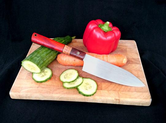 Großes Küchenmesser mit extra langem Griff. Stahl: Kugellagerstahl, Griffmaterial: Cocobolo, Eiche und auffällig gleichmäßig gestreiftes Nussholz