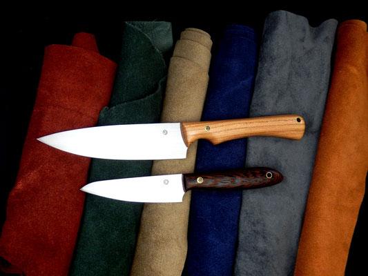 Ein großes Gemüsemesser mit ergonomischer Fingerkuhle und ein handliches Allzweckmesser für die Küche. Griffmaterial: europäisches Nussholz (oben) und Wenge