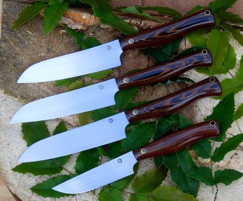 Drei mittlere Küchenmesser mit einer Klingenlänge von 14cm und ein kleines Universalmesser mit einer Klingenlänge von 10cm, ein Geschenk für die ganze Familie. Stahl: Kugellagerstahl, Griffmaterial: afrikanische Wenge.