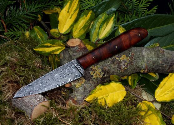 Schlankes Allzweckmesser aus wunderschönem Rosendamast mit 192 Lagen, Griffmaterial: Schwarznuss