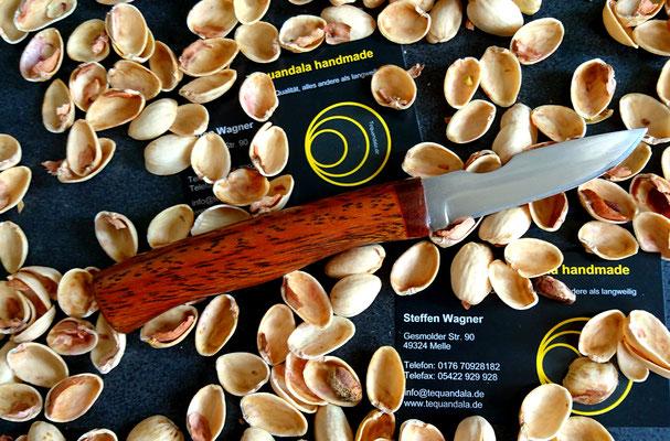 Kleines Küchenmesser aus Kugellagerstahl mit Fingermulde nach Kundenwunsch, mit einem Griff aus Tropenholz.
