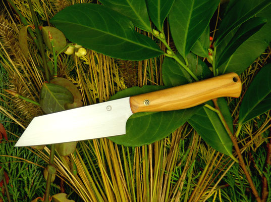 """Ein Küchenmesser mit japanisch anmutender Klinge (""""Bunka""""), aber einem westlichen Griff. Griffmaterial: sizilianisches Olivenholz"""