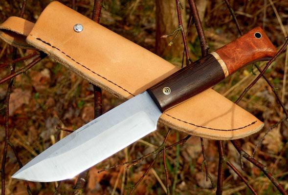 Großes Outdoor-Messer mit Lederscheide, Stahl: Kugellagerstahl, Griffmaterial: Wenge, karelische Maserbirke und Mahagoni pommelé