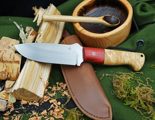 Ein massives Outdoor Messer! Aus Kugellagerstahl, einem Griff aus Redwood und karelischer Maserbirke und einer heißgewachsen Lederscheide.