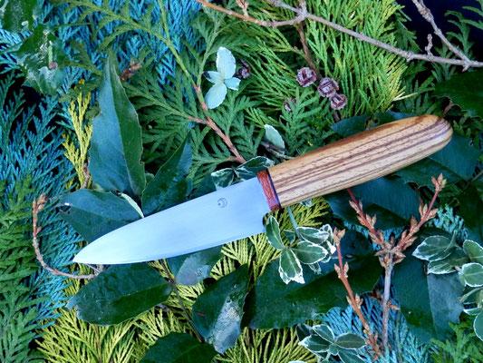 Kleines Küchenmesser aus Kugellagerstahl mit einem Griff aus auffallig gestreiftem Zebrano und einem Streifen Amaranth.
