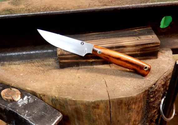 Ein kleines Messer: gemacht für die Küche, aber geeignet für fast alles. Aus Kugellagerstahl mit einem Griff aus Coraçao de Negro (auch Eisenholz genannt).