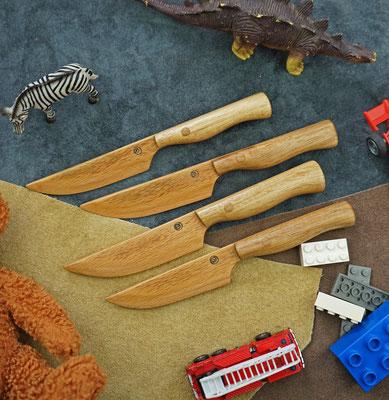 Kindermesser der besonderen Art für den ungefährlichen Einstieg in die Messerwelt. Die Klingen sind aus mehrmaliger Buche und die Griffe aus Akazie.