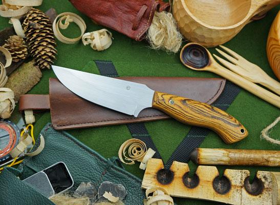 Ein großes Outdoor-Messer mit einer dazu passenden, handgenähten Lederhülle. Griffmaterial: Bocote