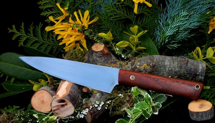 Ein großes Universalmesser für viele Aufgaben in der Küche. Stahl: Kugellagerstahl, Griffmaterial: amerikanische Schwarznuss