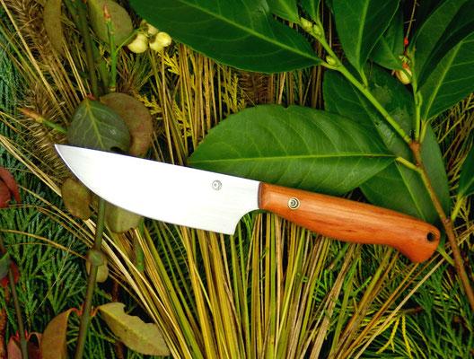 Ein kleines Messer: gemacht für die Küche, aber geeignet für fast alles. Aus Kugellagerstahl mit einem Griff aus Pflaumenholz.