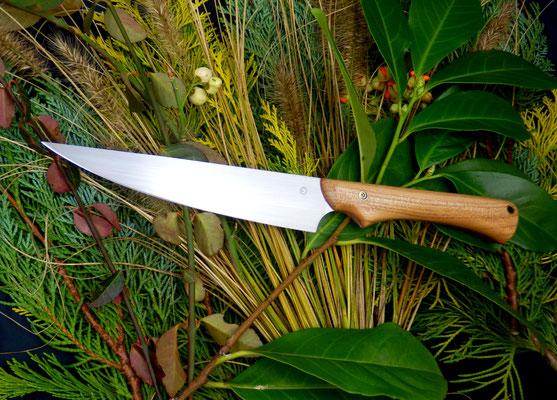 Ein langes, schmales und gut ausbalanciertes Küchenmesser mit ergonomischem Griff aus europäischem Nussholz. Bestens für das Schneiden von Fleisch geeignet.