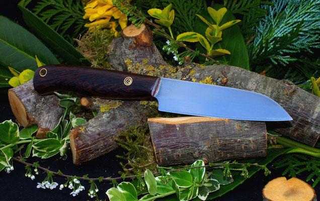 Schlankes und handliches Messer für die alltäglichen kleinen Aufgaben in der Küche. Stahl: Wolframstahl, Griffmaterial: zentralafrikanische Wenge und rotes Vulkanfiber