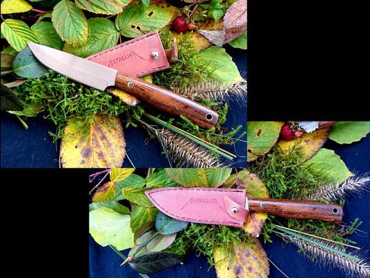 Ein schlankes EDC-Messer mit einem in die Lederscheide eingearbeitetem Schriftzug. Stahl: Kugellagerstahl, Griffmaterial: dezent gestreiftes Ebenholz