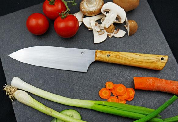 Ein schlichtes Chefmesser für allerlei Arbeiten in der Küche. Griffmaterial: Olivenholz