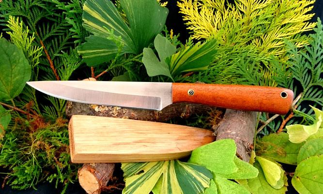 Großes Messer für den Küchenbetrieb mit einer Schutzhülle aus Eichenholz für die Schublade. Stahl: Kugellagerstahl, Griffmaterial: Mahagoni pommelé