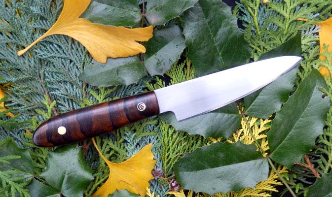Kleines Küchenmesser aus Kugellagerstahl mit einem Griff aus schön gemaserter Ziricote.