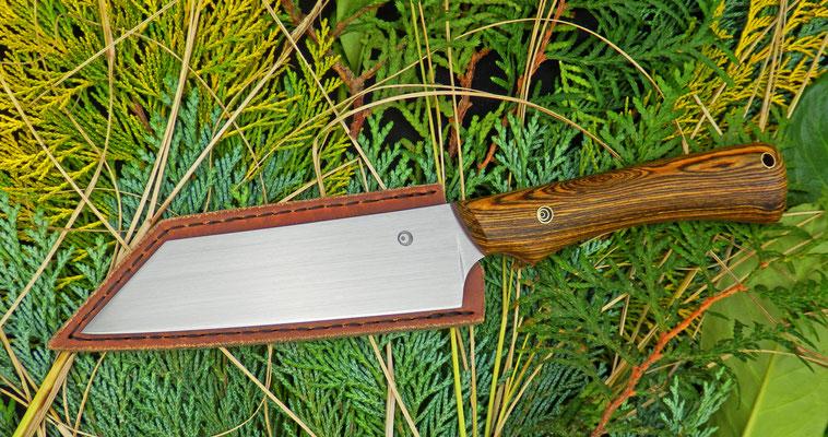 """Ein Küchenmesser mit japanisch anmutender Klinge (""""Bunka""""), gepaart mit einem ergonomischen Griff mit praktischer Fingermulde. Griffmaterial: Bocote"""
