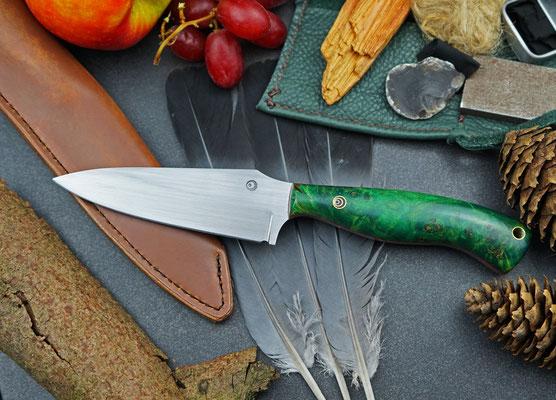 Dieses handliche Outdoor-Messer ist ein wahrer Allrounder. Die Klinge ist aus Kugellagerstahl und der Griff aus Pappelmaserholz, das in grünem Acrylharz stabilisiert wurde.
