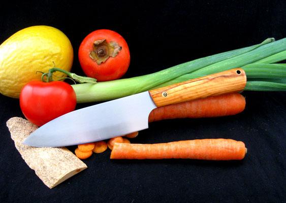 Großes Küchenmesser, Stahl: Kugellagrstahl, Griffmaterial: Olivenholz