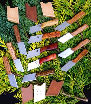 """Holz- und Lederreste wurden für die Tequandala Minis genutzt, um möglichst wenig Material zu verschwenden. Praktische """"Messerschen"""" für die Handtasche oder mit Magnet für den Kühlschrank."""