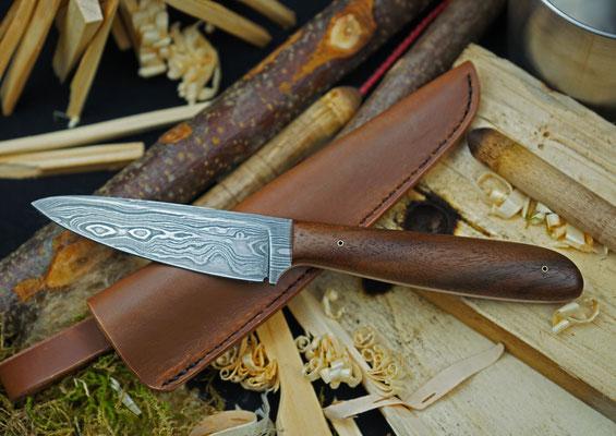 Schlankes Allzweckmesser aus wunderschönem wildem Damast mit 192 Lagen mit dazu passender Lederscheide, Griffmaterial: Schwarznuss Maserholz.