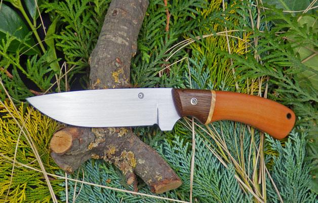 """Großes Outdoor-Messer """"Hunter"""" für den groben Einsatz, Stahl: Kohlenstoffstahl, Holz: Räuchereiche, karelische Maserbirke und Birne"""