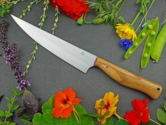 Ein Messer gemacht für das Schneiden von Fleisch und Fisch. Griffmaterial: gestocktes Buchenholz