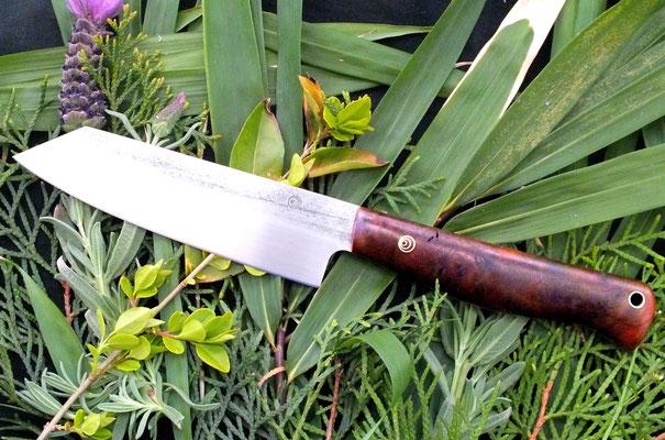 Großes Küchenmesser aus Kugellagerstahl mit Griff aus dem Holz einer Maserknolle von einem Nussbaum