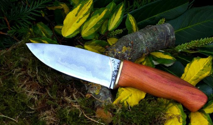 Massives von Hand geschmiedetes Messer aus skandinavischem Drei-Lagen-Stahl, Griffmaterial: einheimisches Pflaumenholz