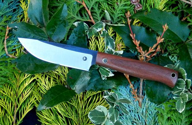 Kleines Outdoormesser aus Kugellagerstahl mit einem Griff aus amerikanischer Schwarznuss.