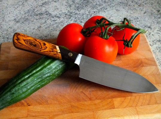 Großes Küchenmesser mit Griff aus drei Hölzern, Stahl: Wolframstahl, Griffmaterial: Bocote, karelische Maserbirke und Wenge