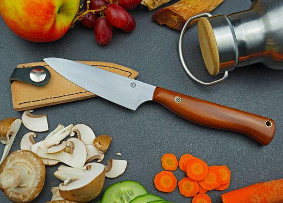 Egal ob bei einer Brotzeit beim Wandern oder in der Küche, dieser schlanke Allrounder macht stets eine gute Figur! Griffmaterial: Pflaumenholz
