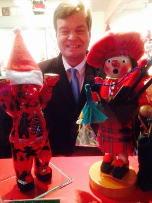 und bekommt einen besonderen Platz neben dem schottischen Weihnachtsmann