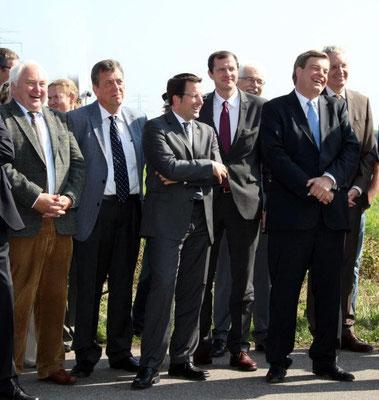 große Freude bei den CDU-Politikern: v.links- MdL Heiner Schönecke, MdL Helmut Dammann-Tamke, MdL Kai Seefried, Bundestagskandidat Oliver Grundmann und PSts Enak Ferlemann