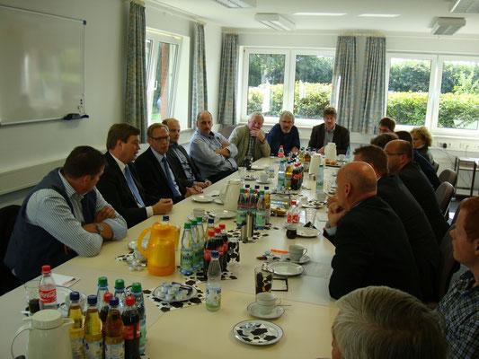 Enak Ferlemann (2.v.li.) und Franz Josef Holzenkamp MdB (3.v.li.) im Gespräch mit Vertretern der Landvolkverbände Hadeln und Wesermünde