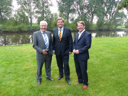 Foto von links: Horst Wartner (Deichgraf), PSts Enak Ferlemann , Thiemo Röhler (Landtagskandidat)