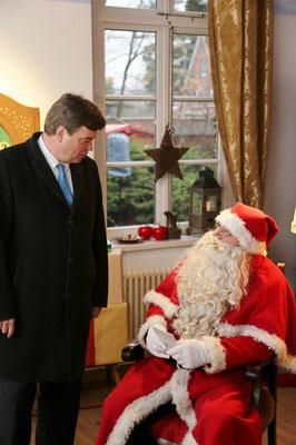 """Enak Ferlemann im Gespräch mit dem """"echten Weihnachtsmann""""."""