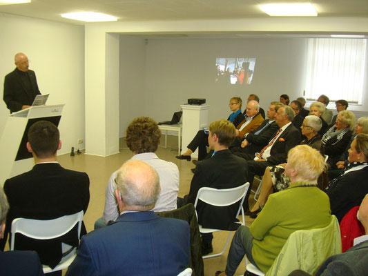 der Vorsitzende des Cuxhavener Kunstvereins , Hans Hochfeldt, begrüßt den Kulturstaatsminister Bernd Neumann und den PSts Enak Ferlemann