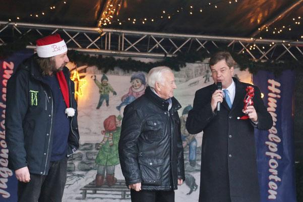 PSts Enak Ferlemann überreicht den Berleiner Weihnachtsbären