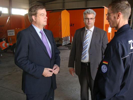 PSts Enak Ferlemann (li.), Axel Knoerig MdB (Mitte) und Torsten Döscher (re.) im Gespräch
