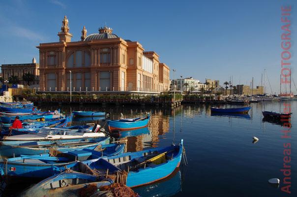 Fischerflair vor der Kulisse der Altstadt von Bari
