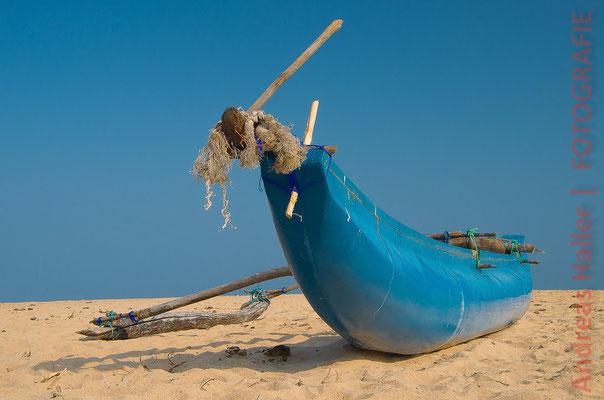Ostküste: Auslegerboot am Strand von Kalkudah