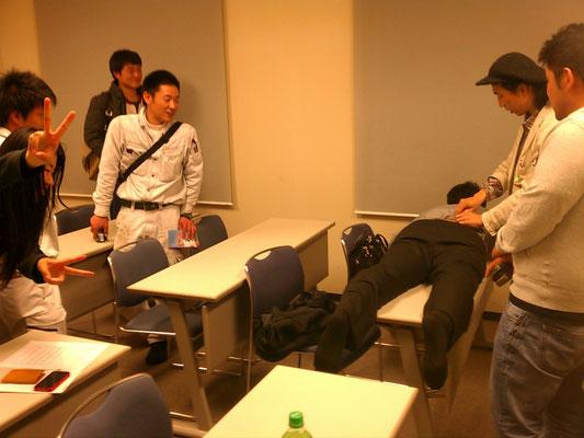 20130417 GETT留学デスク天野さんにあっぷるはりきゅう院黒田さんが針を刺す!