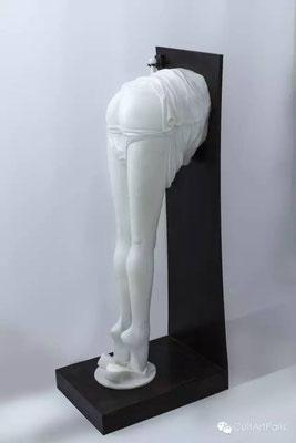 Herrel 《色调》,2015年,大理石雕塑(米开朗基罗)依靠在金属基底上,130 x 50 x 45 cm