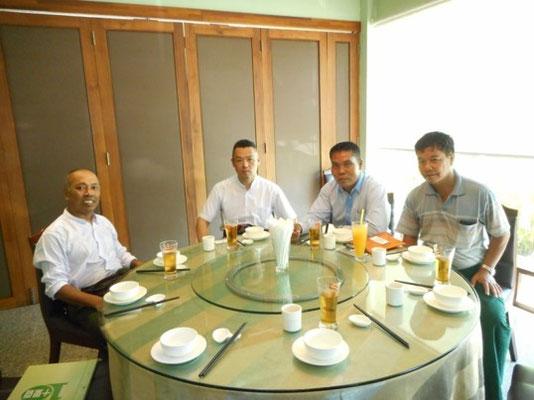 ヤンゴン市近郊にて市議、高校教師と行った懇談&昼食会の様子