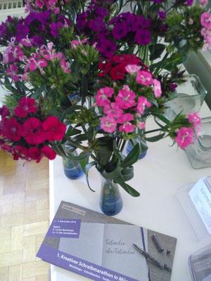 Herzlich willkommen: Im Schreibraum gab es unter anderem frische Blumen als Gruß an alle Teilnehmenden. (Bild: Eva Lerche)