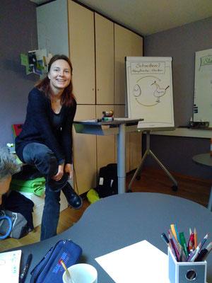 Workshopleitung Katja Angenent zog sich schon mal die Schuhe aus - denn barfuß kann man sich prima in seine Figuren hineinversetzen.  (Bild: Eva Lerche)