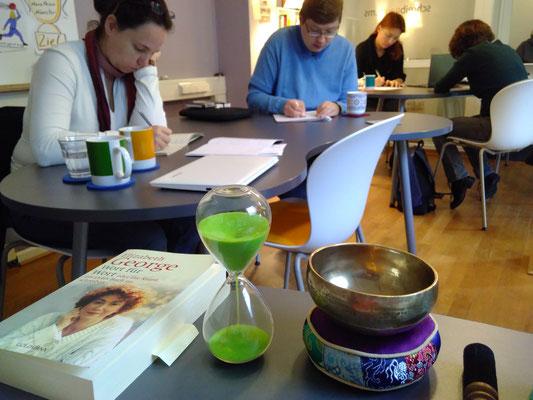 Auf die Stifte, fertig, los: Schreiben mit Zeitbegrenzung während des 1. Kreativen Schreibmarathons in Münster.  (Bild: Eva Lerche)